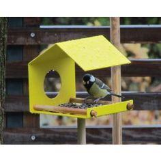 Ohne Vogel ist das Leben nur halb so lustig! Wenn Du keinen Vogel hast, dann hole Dir Deinen Vogel in den Garten oder auf den Balkon. Das Vogelhaus -flyby- hilft Dir dabei gefiederte Futtergäste anzulocken.Du kannst das -flyby- aufhängen oder mit einer Schraube (Durchmesser 3 mm) auf einem Stab befestigen und in die Erde stecken.Im Lieferumfang enthalten: Vogelhaus mit 2 Rundhölzern und FixierungsringenGröße/Maße/Gewicht Höhe: 15 cm Briete: 15 cm Tiefe: 15 cmVerwendete Materialien…