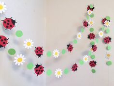 Here is a beautiful Ladybug and daisy Garland that will be a lovely addition for a Lady bug themed event! This 6ft garland is made with approx 2.5 inch card stock 2 layered lady bugs , 2 inch white card stock daisies and 1.5 inch spring green card stock scalloped circles all sewn