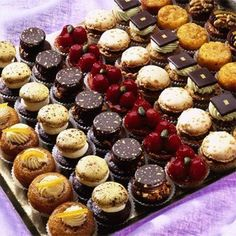 Weddings And Moroccan parties Patisserie Fine, French Patisserie, Small Desserts, Fancy Desserts, Argentina Food, Mini Pastries, Snacks Für Party, Pastry Cake, Mini Cakes