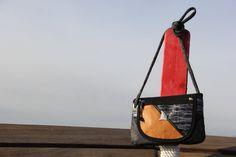 Borsetta a tracolla in vela riciclata - carbon/brown    #handmade #bag #borsa #sailbag #borsavela #unique #artigianale #madeinitaly #bolina #sail #vela #lignano #carbon #leather #pelle #dacron