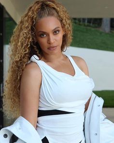 Beyonce Wows In White Dress. Beyonce Wows In White Dress. Beyonce shared lovely photos which included one with hubby,Jay-Z. Beyonce Curly Hair, Beyonce Hair Color, Beyonce Makeup, Beyonce Blonde, Beyonce Style, Beyonce Hairstyles, Beyonce Ponytail, Wavy Hair, Short Hairstyles