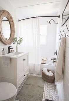 A small bathroom is not easy to design. Looking for some fresh ideas to design your small bathroom? Well, let's take a look at these small bathroom ideas! Bathroom Design Small, Modern Bathroom, Bathroom Vintage, Bathroom Designs, Bathroom Mirrors, Master Bathrooms, Dyi Bathroom, Bathroom Cabinets, Bath Design