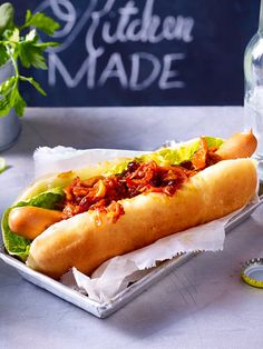Fast Food de luxe: Hot Dog mit Zwiebelrelish