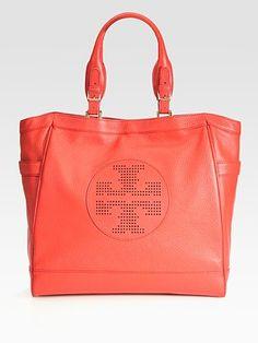 a953c9316172 Tory Burch's bright beach bag Boho Fashion Summer, Summer Handbags, Beach  Accessories, Fashion