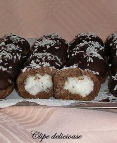 Bilute cu cocos. Reţeta asta am mai făcut-o de multe ori, cu mult ȋnainte să am blogul, şi de fiecare data a fost o ȋncântare pentru noi...mai ales că sun... Biscuit Cookies, Cake Cookies, Romanian Desserts, No Bake Cake, Coco, Sweet Treats, Bakery, Muffin, Food And Drink