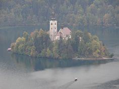 Vista da ilha de Bled do alto do castelo erguido em 1 011 Eslovênia