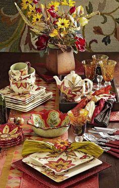 bunt bemaltes Geschirr auf der Herbsttafel