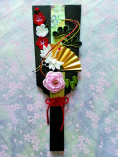 Living Culture News つまみ細工 Japanese New Year, Chinese New Year, Japanese Art, Kanzashi Flowers, Paper Flowers, New Years Decorations, Table Decorations, Kindergarten Art Projects, Asian Decor