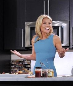Kelly Ripa reveals her favorite healthy foods, the one snack she'll never give up, and one sweet treat that makes her weak in the knees. Kelly Ripa Weight, Kelly Ripa Diet, Kelly Ripa Workout, Kelly Ripa Hair, Get Healthy, Healthy Tips, Healthy Recipes, Healthy Foods, Skinny Recipes