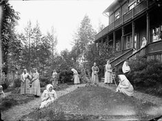 Women gardening at Vaajasalon hovi in Northern Savonia in 1906. Vaajasalo was a care institution and sanatorium for people with epilepsy at that time.   photo credit:Kuopio museum