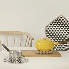 Gebruik deze kurken onderzetter van Ferm Living voor hete kookpotten, pannen of de koffiekan. De bolletjes zijn gemaakt uit kurk en worden verbonden meteen led