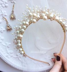 The brick stitch, also called the comanche stitch, is another common yet essential bead stitch. The method the brick stitch looks is similar to the peyote stitch. Hair Jewelry, Wedding Jewelry, Tiffany Jewelry, Hair Beads, Bridal Crown, Wedding Hair Accessories, Bridal Headpieces, Hair Pieces, Headbands