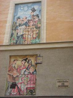 En la pequeña y céntrica calle de la Sal nº 1, a solo unos pasos de la Plaza Mayor. Allí, en el edificio que hace esquina con la calle Postas, aparecen distintos personajes galdosianos, típicos representantes del Madrid más tradicional, asomados en cuatro balcones.