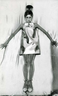 A corrida espacial foi disputada entre dois rivais da Guerra Fria, a União Soviética e os Estados Unidos da América, sendo que os EUA acabou por ser o responsável pelo primeiro Homem a chegar ao espaço. Todo este novo ambiente acabou por influenciar fortemente a moda e as novas propostas dos designers aproximam-se deste universo através dos materiais e cores metalizadas, bem como pelo corte das peças e acessórios e cabelos. Na imagem, vemos um ícone da moda dos anos 60, Twiggy.