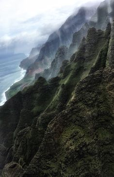 °Na Pali Coast, mit dem Helikopter ...Das Wetter war sehr durchzogen, aber dadurch entstanden wunderschöne Stimmungsbilder :)  °Na Pali Coast, by helicopter ... The weather was very crisscrossed, but this created beautiful moods :) Kauai Hawaii, Grand Canyon, Das Hotel, Coast, Travel Photography, Outdoor, Beautiful, Tropical Gardens, Perfect Place
