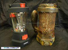 Customisation d'une lampe de camping à dynamo en lampe post apo. L'idée est à creuser aussi sur le principe pour en faire une lampe steampunk.