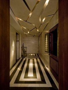plafond lumineux, couloir à plafond unique avec éclairage camouflé