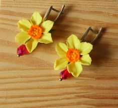Earrings with yellow daffodils on a silver plated ear hook with English lock. #Daffodilearrings #Narcissearrings #flowerPolymerclay #polymerclayjewelry #Narcissusjewelry #Daffodiljewelry #Floraljewelry #flowerearrings #giftto20 http://etsy.me/2FU38aF