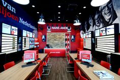 Hans Anders heeft in Winkelcentrum Maxis Muiden een opvallende en innovatieve pilot store geopend, gebaseerd op de laatste klantinzichten en –wensen. Zo heeft de inrichting, route en bewegwijzering van de 160m2 grote winkel een complete make-over gekregen in vergelijking met andere Hans Anders-vestigingen. Het interieur van de nieuwe winkel heeft een kwalitatief hoogwaardige en verrassend warme uitstraling. Visuals met enorme portretten en een rode accentkleur geven de winkel een herkenbaar…