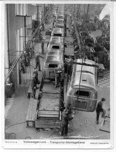 1959 VW bus Factory line Germany - Volkswagen Transporter, Transporteur Volkswagen, Bus Vw, Transporter T3, Bus Camper, Vw T1, Volkswagen Factory, Campers, Combi T1