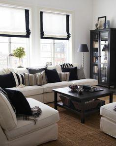 tapis sisal, buffet noir et sofas en couleur crème