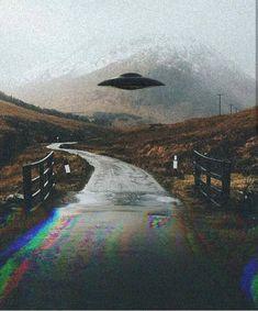 X-files // ufo Arte Alien, Alien Art, Aliens And Ufos, Ancient Aliens, Alien Aesthetic, Out Of This World, Psychedelic Art, Trippy, Cyberpunk