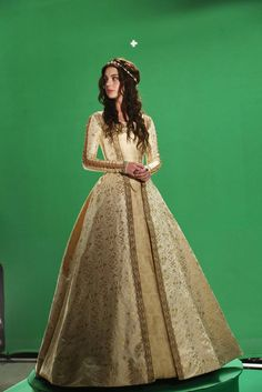 Behind the scenes photo of Adelaide Kane in her stunning dress from the #Reign photoshoot!