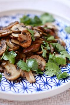 Crispy Coriander Mushrooms - an easy, healthy, filling #vegetarian side dish.