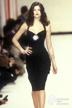 Stephanie Seymour, Chanel 1995 - Pin it by Gustavo Bueso Jacquier Fashion History, 90s Fashion, Runway Fashion, High Fashion, Fashion Show, Vintage Fashion, Fashion Outfits, Fashion Weeks, London Fashion