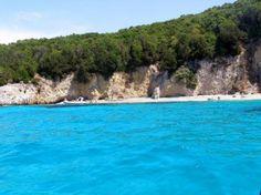 Jump in the #sea #pisina #beach #summer Βρίσκεται στο νησί του Αγίου Νικολάου και πήρε το όνομά της από τα καταγάλανα νερά που θυμίζουν πισίνα. Η θάλασσα είναι αρκετά δροσερή αλλά αυτά τα νερά θα σας μείνουν αξέχαστα!