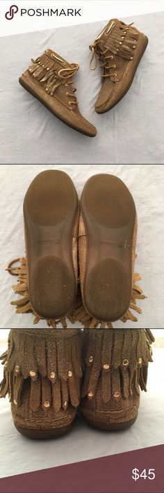 Sperry Top-Sider Glitter Fringe Moccasin Booties Adorable pair of Sperry Top-Sider glitter fringe ankle booties. Gold sparkles. Worn a handful of times, but still has a lot of life left. Fits true to size. ❌No trades❌ Sperry Top-Sider Shoes Ankle Boots & Booties