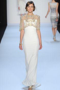 Vestido de Badgley Mischka. La mini capa de encaje brodado en plata y oro un detalle perfecto (Colección SS 2014) #MBFWNY #vestidosdenovia #weddingdress