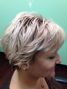 Blonde pixie with shadow root Pixie Cuts, Short Hair Cuts, Short Hairstyle, Cool Hairstyles, Shadow Root Blonde, Medium Short Haircuts, Vivid Hair Color, Blonde Pixie, Short Styles