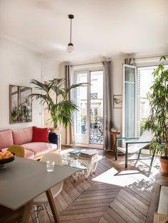 Paris : chez Christine Phung Pink sofa, herringbone parquet and exotic plants, this living room has everything salon Home Design, Salon Interior Design, Home Interior, Interior Design Inspiration, Interior Decorating, Salon Design, Design Design, Design Ideas, Decor Room