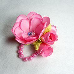 Bros Jilbab Mutiara Rose Pink – Bros jilbab ini terbuat dari bahan satin warna pink, dipadukan dengan mutiara imitasi yang berkualitas menjadikan bros jilbab mutiara rose pink ini begitu cantik dan elegan. Bros ini dapat digunakan