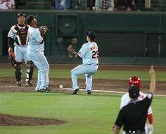 5月4日 広島 vs. 巨人 いい投手戦で、両リームのスーパーキャッチや、ここぞというところでの巨人の同点HRも飛び出す緊迫したシーソーゲームだったので、この結末にはびっくりしました。---Miki  広島、思わぬ形でサヨナラ勝利!スタンドは一瞬静まり返る  9回、広島・小窪の打球を巨人・フランシスコと村田がお見合いし取り損なう。二塁塁審はインフィールドフライでアウトを宣告=マツダスタジアム(撮影・大橋純人)