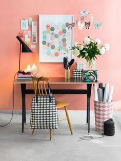Escritorio coqueto: silla amarilla, mesa negra y pared en rosa