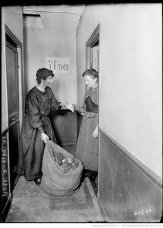Femme livreuse de charbon : [photographie de presse] / [Agence Rol]