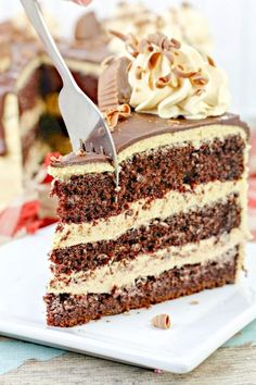 Reese's Cake - My Recipe Magic Reese's Cake: Moist chocolate cake with rich peanut peanut frosting and a silky smooth ganache. If you like Reese's you'll love this cake! Mini Desserts, Easy Desserts, Delicious Desserts, Dessert Recipes, Slow Cooker Desserts, Chocolate Cake Mixes, Chocolate Recipes, Chocolate Ganache, Homemade Chocolate