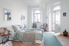 Un hogar sueco fabuloso en los neutrales y un perrito lindo!
