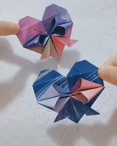 Instruções Origami, Origami Ball, Origami Flowers, Origami Videos, Kids Origami, Origami Hearts, Origami Boxes, Dollar Origami, Origami Bookmark