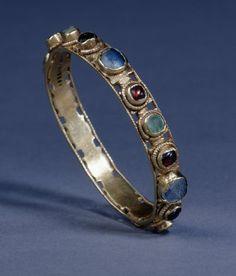 Roman Gold bracelet set with emeralds, garnets, amethysts and glass. 3rd century.