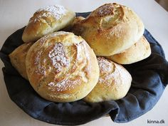 Sprøde og bløde koldhævede morgenboller med durummel Bread Recipes, Cooking Recipes, Pandesal, Danish Food, Food Crush, Bread Cake, Bread And Pastries, Fabulous Foods, Different Recipes