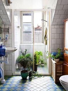 Łazienka z cegiełką z kwadratowych kafli