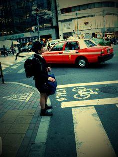 Child going alone to school, Tokyo. Niño caminando solo al colegio, Tokio.