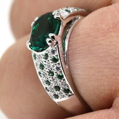 #Diamondnexus Esteals has an amazing Emerald Ring this week. Mmmm do they have it in yellow gold?