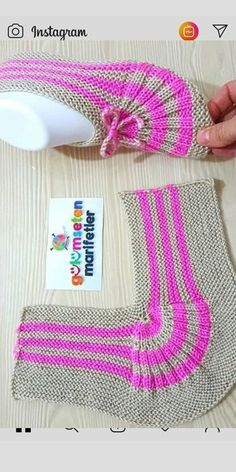 knitting inspiration kolay bayan patik yapl/bayan patik modeli/iki i ile p Salvabrani Einfache Damenstiefeletten Konstruktion / Damenstiefelettenmodell / Zwei Spiee mit P Salvabrani Knitting Stitches, Knitting Designs, Knitting Socks, Knitting Patterns Free, Free Knitting, Knitting Projects, Baby Knitting, Crochet Baby, Crochet Projects