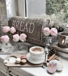 Coffee and macaroni Chocolate Sweets, Hot Chocolate, Coffee Cafe, Coffee Drinks, Cuppa Joe, Real Coffee, Inspire Me Home Decor, Latte Art, Sweet And Salty