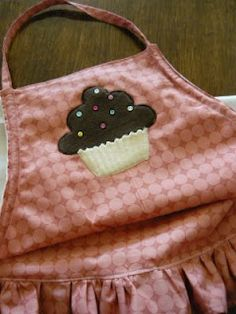 Adult Cupcake Applique Apron    applique pattern at: http://www.clearscraps.com/v/cupcake.jpg
