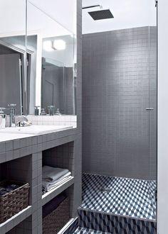Dans une petite salle de bain, on mise sur l'éclairage au dessus du plan de toilette et aussi dans la douche pour y voir clair une fois le rideau fermé. Pour ne rien risquer en installant des spots au dessus de la douche, suivez notre guide...